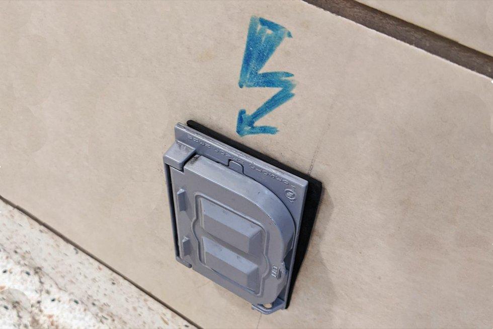 TTC Spadina subway power outlet 3.jpg