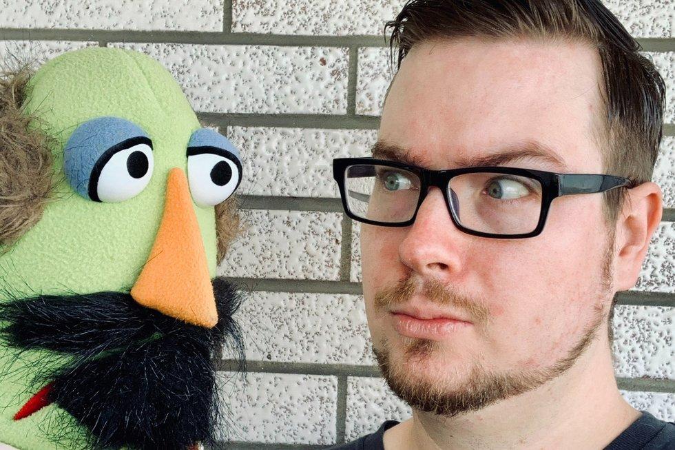 Tom McGee with puppet, Shakey-Shake, Fringe 2020